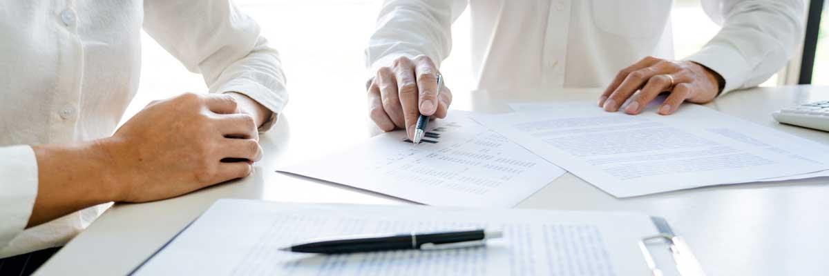 Kunde mit Experte bei Vertragsprüfung und Laufzeitangleichung
