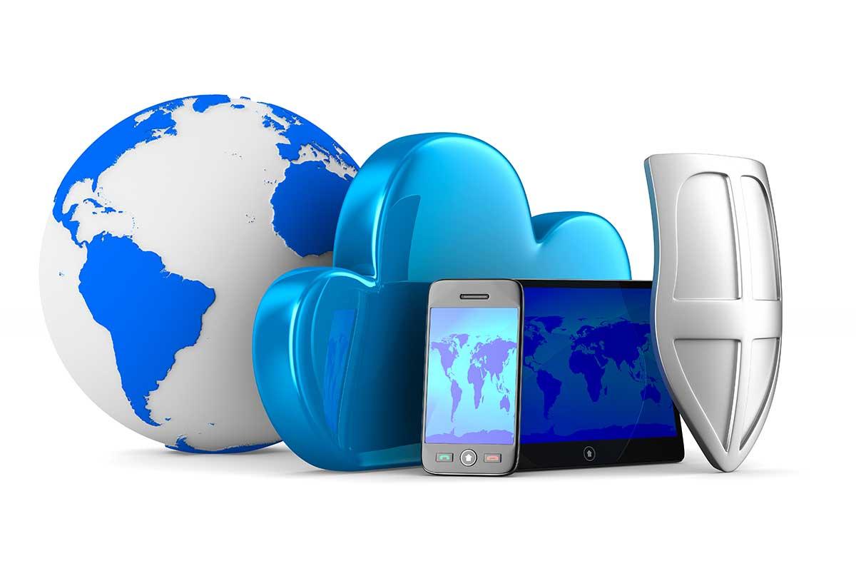 Weltkugel und Cloud mit Endgeräten und Sicherheitsschutzschild